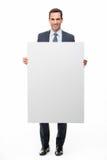 Geschäftsmann, der ein weißes Plakat hält Stockbilder