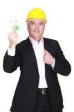 Geschäftsmann, der eine Anmerkung des Euros 100 hält Stockfotografie