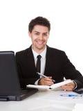 Geschäftsmann, der eine Anmerkung in seinem Tagebuch macht Stockbild