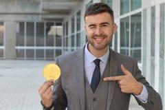 Geschäftsmann, der eine Belohnung halten blinzelt Lizenzfreie Stockfotografie