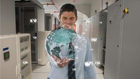 Geschäftsmann, der eine digitale Erde mit Daten in seiner Hand hält stock video