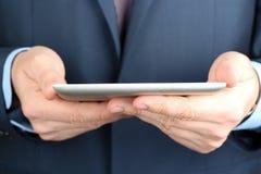 Geschäftsmann, der eine digitale Tablette hält Lizenzfreies Stockfoto