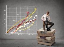 Geschäftsmann, der eine Grafik betrachtet Stockfoto