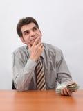 Geschäftsmann, der eine Investition plant Lizenzfreies Stockfoto