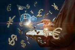 Geschäftsmann, der eine Karte und einen Laptop auf dem Hintergrund der Symbole des Geldes hält Lizenzfreie Stockfotografie