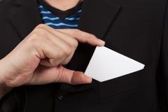Geschäftsmann, der eine leere Karte von der Tasche nimmt lizenzfreie stockbilder