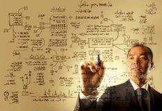 Geschäftsmann, der eine Logistikgraphik zeichnet lizenzfreie stockbilder