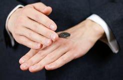Geschäftsmann, der eine Münze wirft Köpfe oder Hecks Abschluss oben Stockfotos