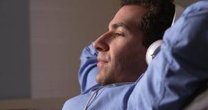 Geschäftsmann, der eine Pause macht und Musik hört Lizenzfreie Stockbilder