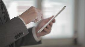 Geschäftsmann, der eine Tablette anhält stock footage