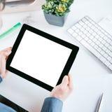 Geschäftsmann, der eine Tablette mit einem leeren Bildschirm hält lizenzfreies stockfoto