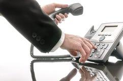 Geschäftsmann, der eine Telefonnummer wählt Lizenzfreie Stockfotografie