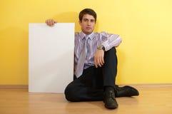 Geschäftsmann, der eine unbelegte Anschlagtafel anhält lizenzfreie stockfotos
