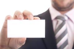 Geschäftsmann, der eine unbelegte Visitenkarte anhält Stockfoto