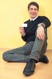 Geschäftsmann, der eine unbelegte Visitenkarte zeigt lizenzfreies stockbild