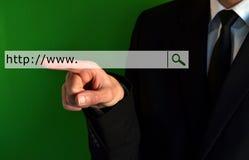 Geschäftsmann, der eine virtuelle Adresszeile berührt Stockfotografie