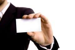 Geschäftsmann, der eine Visitenkarte anhält Lizenzfreies Stockfoto