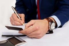 Geschäftsmann, der eine Visitenkarte anhält Lizenzfreies Stockbild
