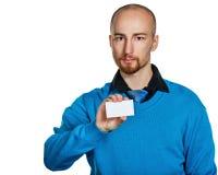 Geschäftsmann, der eine Visitenkarte anhält Stockfoto