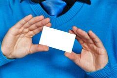 Geschäftsmann, der eine Visitenkarte anhält Stockbild