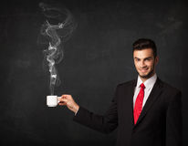 Geschäftsmann, der eine weiße dampfige Schale hält Lizenzfreies Stockbild