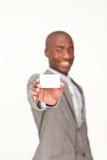 Geschäftsmann, der eine weiße Visitenkarte anhält Lizenzfreie Stockfotografie