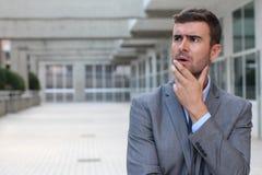 Geschäftsmann, der eine wichtige Entscheidung trifft Lizenzfreie Stockfotografie
