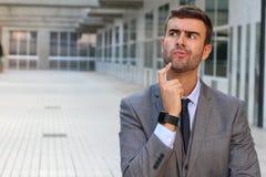 Geschäftsmann, der eine wichtige Entscheidung trifft Stockbild