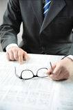 Geschäftsmann, der eine Zeitung liest Stockfoto