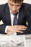 Geschäftsmann, der eine Zeitung liest Lizenzfreies Stockbild