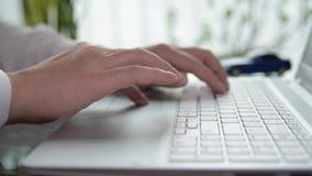 Geschäftsmann, der an einem Laptop arbeitet stock footage