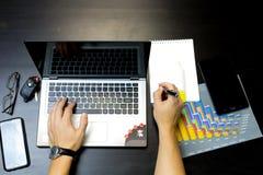 Geschäftsmann, der an einem Laptop arbeitet lizenzfreies stockbild