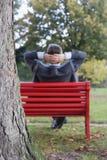 Geschäftsmann, der in einem Park sich entspannt Lizenzfreies Stockfoto
