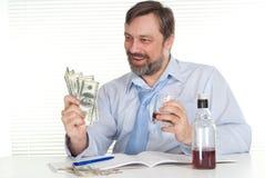 Geschäftsmann, der an einem Tisch sitzt Stockbild