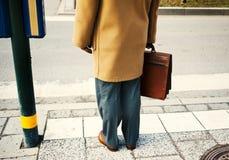 Geschäftsmann, der einen Aktenkoffer anhält Lizenzfreies Stockbild