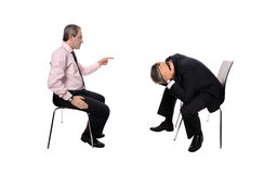 Geschäftsmann, der einen Angestellten feuert Stockfotografie