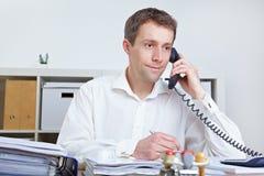 Geschäftsmann, der einen Aufruf bildet Lizenzfreies Stockbild
