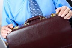 Geschäftsmann, der einen braunen Kasten hält Lizenzfreie Stockbilder