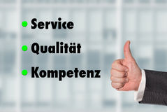 Geschäftsmann, der einen Daumen, Service-Qualität-Kompetenz hochhält Lizenzfreie Stockbilder