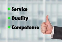 Geschäftsmann, der einen Daumen, Service-Qualität-Kompetenz hochhält Stockfotografie