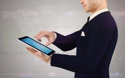 Geschäftsmann, der einen digitalen Tablettebildschirm berührt lizenzfreie abbildung