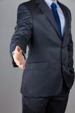 Geschäftsmann, der einen Händedruck anbietet Stockfoto