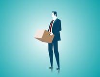 Geschäftsmann, der einen Kasten, Stand in einem leeren hält Stockfotografie