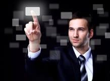 Geschäftsmann, der einen Knopf des Bildschirm- bedrängt stockfoto