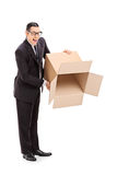 Geschäftsmann, der einen leeren Kasten hält lizenzfreie stockfotos