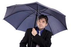 Geschäftsmann, der einen Regenschirm übergibt Lizenzfreies Stockfoto