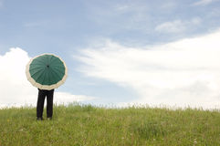 Geschäftsmann, der einen Regenschirm anhält Stockbild
