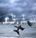 Geschäftsmann, der einen Regenschirm mit Thundershower hält Stockbild