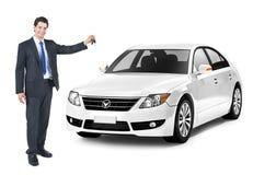 Geschäftsmann, der einen Schlüssel des weißen Autos hält Lizenzfreie Stockfotos