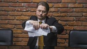 Geschäftsmann, der einen Vertrag in den Stücken zerreißt Stockfotos